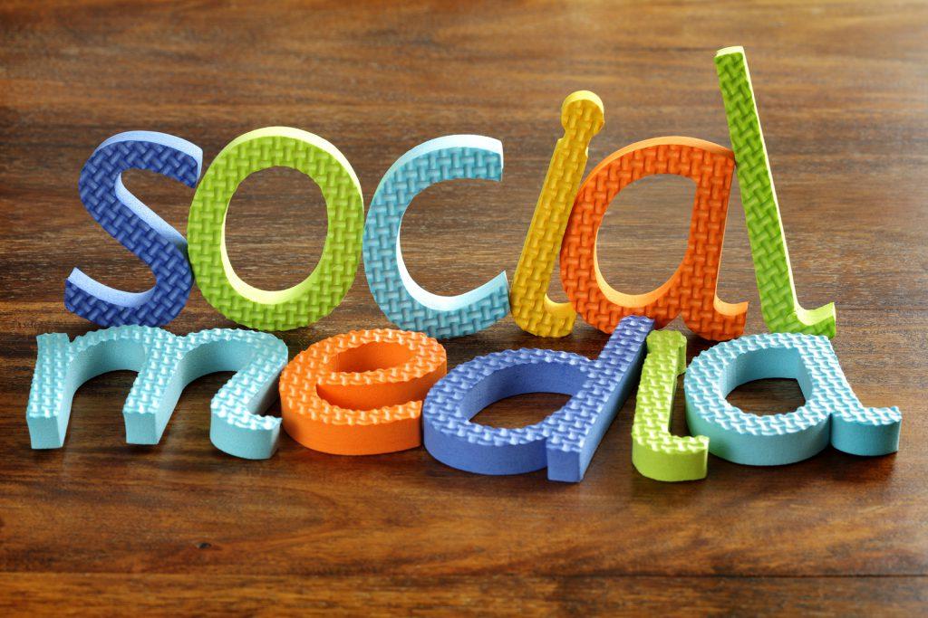 Kevésbé tájékozottak azok, akik sokat használják a közösségi oldalakat