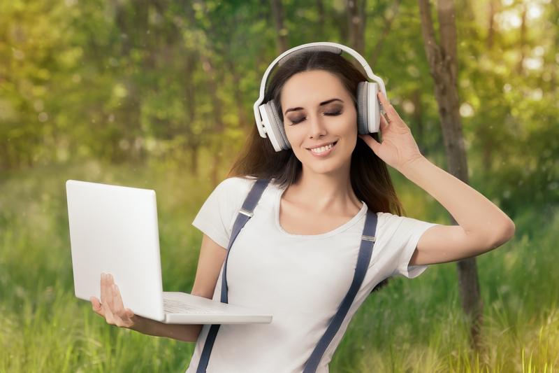 A zeneipar felé kacsingat a Facebook?